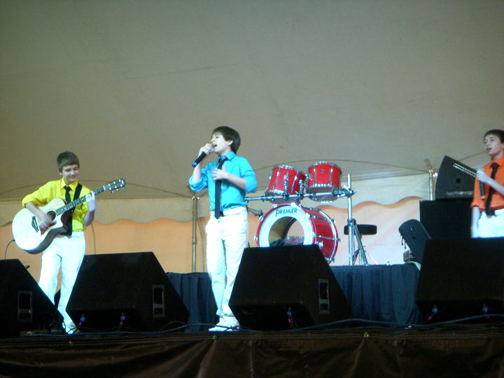 Uher Brothers perform 2