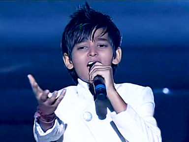 Yatharth Ratnum singing on stage