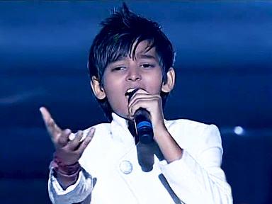 Yatharth Ratnum singing on stage